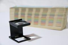 A lupa e o arco-íris do quadrado preto provam o catálogo da paleta de cores imagem de stock