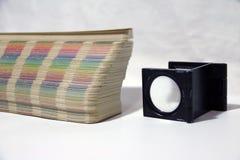 A lupa e o arco-íris do quadrado preto provam o catálogo da paleta de cores fotos de stock royalty free