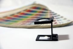 A lupa e o arco-íris do quadrado preto provam o catálogo da paleta de cores imagens de stock