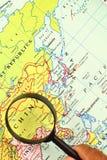 A lupa e um mapa Imagem de Stock Royalty Free