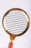 Lupa en el código digital Imágenes de archivo libres de regalías