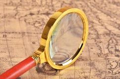 Lupa en el mapa Fotografía de archivo libre de regalías