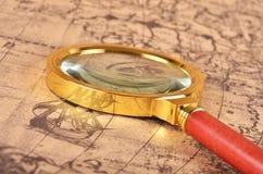 Lupa en el mapa Imagen de archivo libre de regalías
