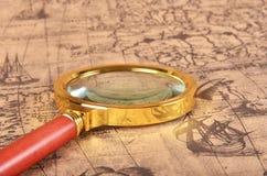 Lupa en el mapa Imagenes de archivo