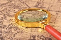 Lupa en el mapa Imágenes de archivo libres de regalías
