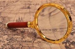 Lupa en el mapa antiguo Fotografía de archivo