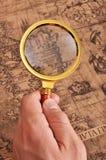Lupa en el mapa antiguo Foto de archivo