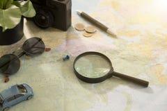 Lupa en el mapa del mundo para las vacaciones de planificación Imagen de archivo libre de regalías