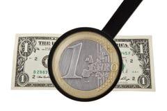 Lupa, euro y dólar Fotos de archivo libres de regalías