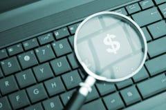 Lupa focalizada na tecla de $ Imagens de Stock