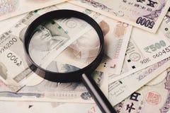 Lupa na pilha de emergir novo asiático dos países principais foto de stock royalty free
