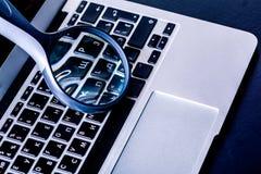 lupa no teclado do portátil Fotografia de Stock