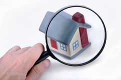 Lupa que examina uma casa modelo. Foto de Stock Royalty Free