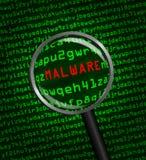 Lupa que localiza el malware en código de ordenador Fotografía de archivo libre de regalías