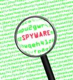 Lupa que localiza spyware en código de ordenador Foto de archivo