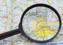 Lupa sobre o mapa de Londres Foto de Stock