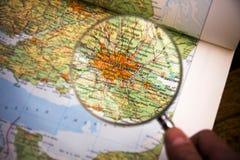 Lupa sobre o mapa que mostra Londres Imagem de Stock