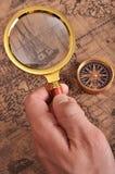 Lupa y compás en el mapa antiguo Imagen de archivo