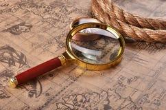 Lupa y compás en el mapa antiguo Fotografía de archivo libre de regalías