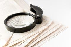 Lupa y periódico Fotos de archivo libres de regalías