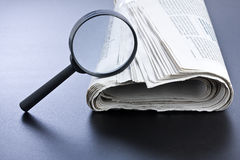 Lupa y periódico Fotografía de archivo