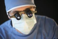 Lupas de Wearing Mask And del cirujano Fotografía de archivo