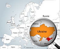 Lupe über Karte von Europa Lizenzfreies Stockbild