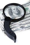 Lupe auf Banknoten Lizenzfreies Stockfoto