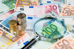 Lupe auf Eurogeld Stockfoto