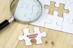 Lupe auf Puzzlen und ein Puzzlespiel bessern aus Lizenzfreies Stockfoto