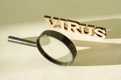 Lupe auf weißem Hintergrund mit dem Wort VIRUS Lizenzfreies Stockfoto