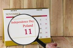 Lupe in der Hand auf Kalender können Sie Unabhängigkeit D schauen Lizenzfreies Stockbild