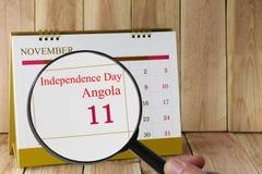 Lupe in der Hand auf Kalender können Sie Unabhängigkeit D schauen Lizenzfreie Stockfotografie