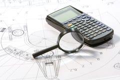 Lupe met plan und calculator Royalty-vrije Stock Foto's