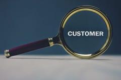 Lupe mit Wort Kunden lizenzfreie stockbilder