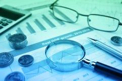 Lupe, Stift, M?nzen, Taschenrechner und Gl?ser auf Wachstumsfinanzdiagramm, Gesch?ftserfolgKonzept stockfotos