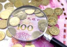 Lupe und Hintergrund der chinesischen Währung Stockbild