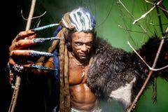 Lupo mannaro vizioso con una pelle sulla suoi spalla e chiodi lunghi Amon fotografia stock