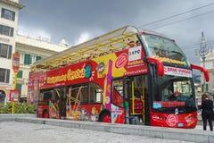 Luppolo di Genoa City Sightseeing Red Bus sopra fuori immagine stock