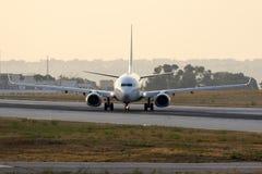Luqa马耳他, 2015年6月29日:737准备从跑道13离开 库存图片