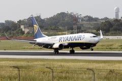 Luqa,马耳他2015年4月18日, :瑞安航空公司波音737-8AS着陆跑道31 免版税库存照片