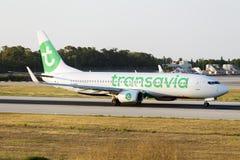 Luqa,马耳他2015年6月2日, :Transavia 737登陆的跑道13 库存照片