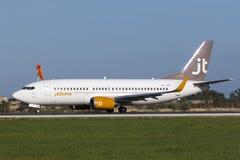 Luqa,马耳他2015年1月14日:喷气机时间波音737离开跑道31 库存图片