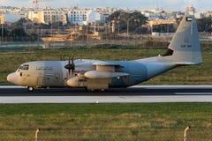 Luqa,马耳他- 2015年12月17日:在清早光的C-130J 库存照片