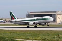 Luqa,马耳他- 2008年3月4日:意大利航空A320 库存照片