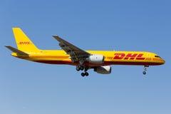 Luqa,马耳他2015年6月5日:敦豪航空货运公司757登陆的跑道31 免版税库存照片