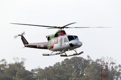 Luqa,马耳他2015年4月2日:海湾直升机回到基地的响铃412EP出租汽车 免版税图库摄影