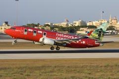 Luqa,马耳他2008年8月9日:转动的挪威语737离开 免版税库存照片
