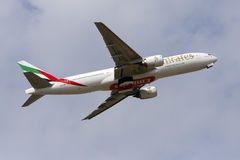 Luqa,马耳他2013年3月2日:酋长管辖区波音777-21H/ER离开 免版税库存图片