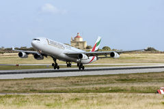 Luqa,马耳他2013年1月26日:酋长管辖区酋长管辖区空中客车A340-313离开跑道31 免版税库存图片